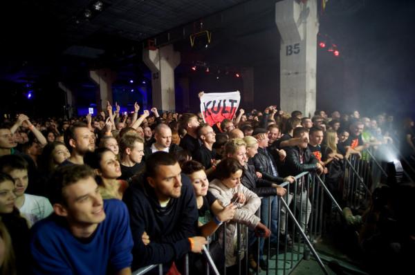 Kult gra niemal trzy godziny, a czasem i więcej. Przynajmniej 30 kawałków plus pięć bisów - jest różnica, co? Idzie się tam jak do swoich. Ci chłopcy, panowie - przepraszam, trzy godziny grają, nikt nie ma focha i nikt nie jest znudzony - mówi Olga Bieniek, reżyserka dokumentu o Kulcie. Na zdj. fani zespołu podczas jednego z koncertów w klubie B90.