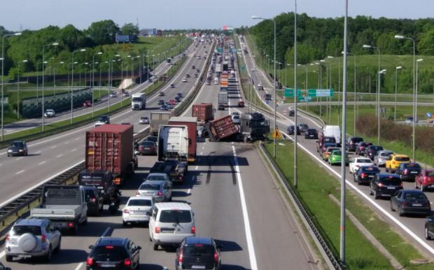 Przy każdym kolejnym wypadku na obwodnicy wraca dyskusja, jak poprawić bezpieczeństwo na trójmiejskiej ekspresówce. Jednym z pomysłów jest odcinkowy pomiar prędkości. Na zdjęciu czwartkowy wypadek ciężarówki na obwodnicy w Karczemkach.