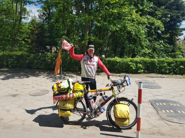 Gotowy do dalszej trasy, dumnie reprezentujący kanadyjską flagę George.