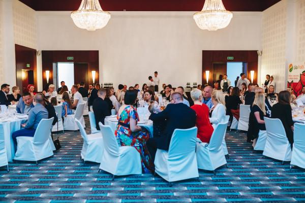 """Kolacja """"Kucharze Pomagają"""" odbyła się w niedzielny wieczór w Sali Balowej hotelu Sofitel Grand Sopot."""