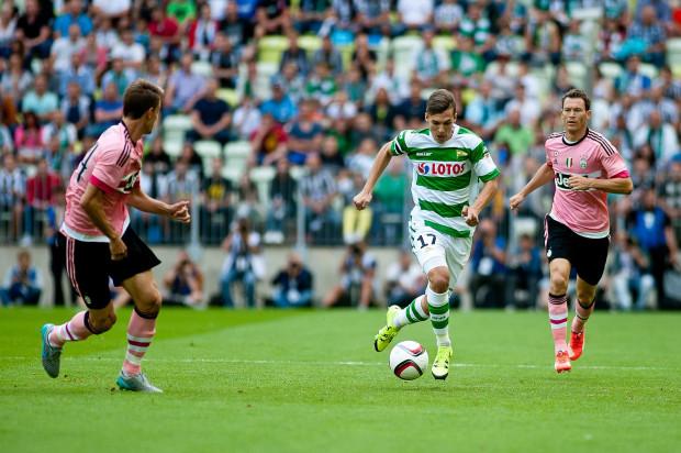 W 2015 roku Lechia zagrała towarzysko w Gdańsku z Juventusem Turyn. Teraz na Letnicę może przyjechać inny włoskim zespół AS Roma, który jest jednym z potencjalnych rywali biało-zielonych w kwalifikacjach Ligi Europy. Na zdjęciu Lukas Haraslin podczas meczu z Juventusem.