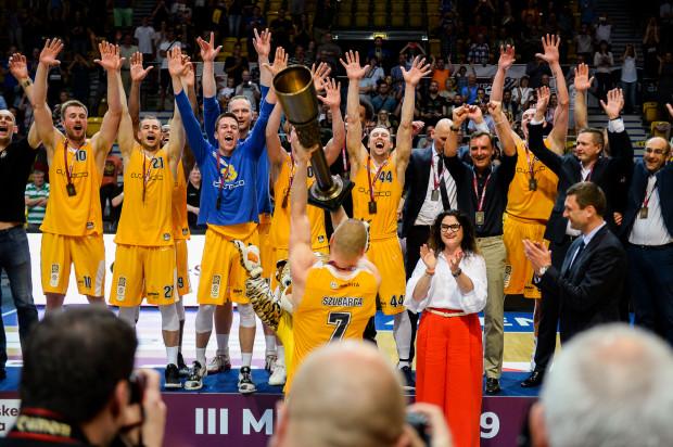 Koszykarze Arki Gdynia z pucharem za zajęcie trzeciego miejsca.