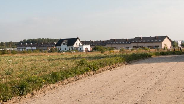 Proponowane zapisy ustawy nadal w pełni pozwalają na realizację budynków z dala od infrastruktury i bez zachowania ciągłości zabudowy.