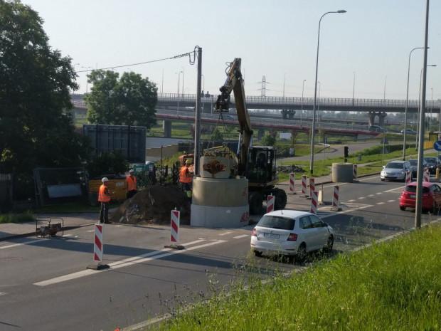 Utrudnienia na Trakcie św. Wojciecha potrwają jeszcze dwa tygodnie. Przy węźle Lipce budowana jest kanalizacja sanitarna.