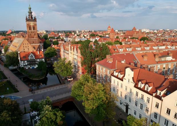 Kanał Raduni na wys. ul. Korzennej. Po lewej Most Chlebowy zwany Mostem Miłości, Dom Cechu Młynarzy, Wielki Młyn i kościół św. Katarzyny