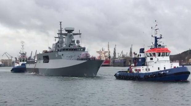 Początkowo patrolowiec miał trafić do służby z końcem listopada 2016. Potem mówiło się, że pod koniec lipca 2018 roku, później, że w marcu 2019 roku, potem - że w czerwcu, czyli po 18 latach od rozpoczęcia budowy.
