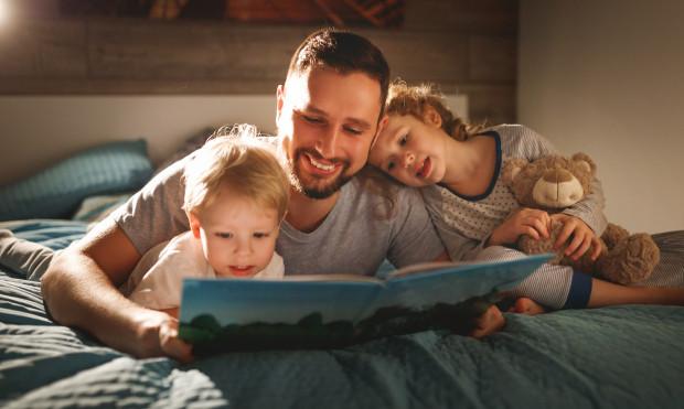 Z tatą można nie tylko pograć w piłkę czy pojeździć na rowerze, ale także poczytać. Wielu ojców czyta dzieciom przed snem, co przynosi mnóstwo korzyści i czytającym, i słuchaczom.