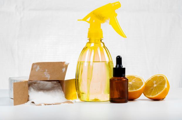Do sprzątania warto używać naturalnych środków, jak soda oczyszczona, ocet czy cytryna.
