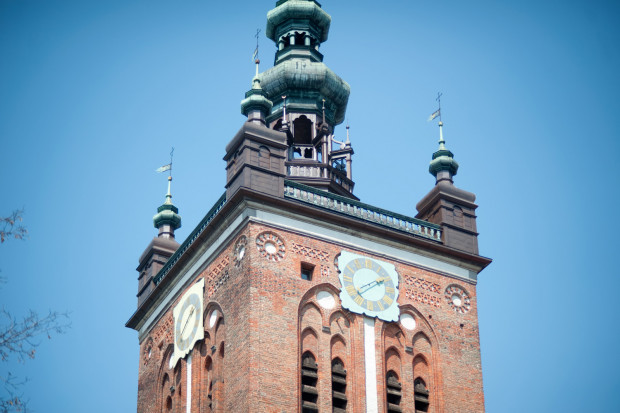 Uderzenie pioruna zrestartowało komputer, który zarządza 50-dzwonowym carillonem znajdującym się w wieży kościoła św. Katarzyny w Gdańsku. W efekcie dzwony biły niemal przez całą noc.