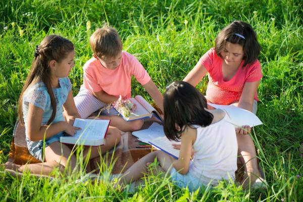 Szkoły skracają lekcje tłumacząc się dobrem dzieci. Rodzice uważają jednak, że najlepszym rozwiązaniem byłoby organizowanie lekcji poza szkołą.