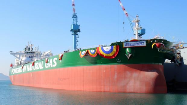 """W najbliższych dniach na Litwę odpłynie z Gdańska ostatni tankowiec z zanieczyszczoną ropą naftową. Tankowiec """"Mendeleev Prospect"""" od 1,5 miesiąca przebywał na wodach Zatoki Gdańskiej. Na zdjęciu wodowanie jednostki w 2018 roku."""