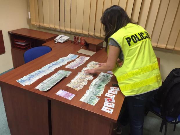 Przy zatrzymanych policja zabezpieczyła pieniądze, karty bankomatowe i dokumenty na nazwiska różnych osób i pochodzących z różnych krajów.