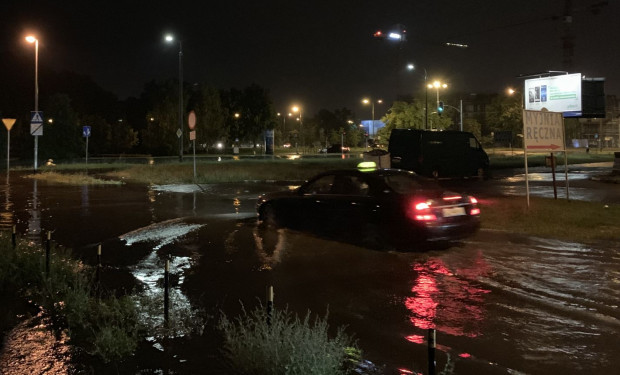 Zalana skrzyżowanie na Przymorzy na skutek ulewy, która przeszła nad Gdańskiem 10 i 11 czerwca 2019 r.
