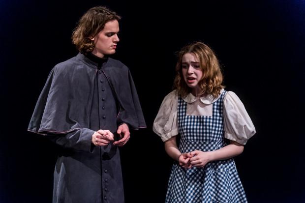 Prawdy pomiędzy opętaniem i szaleństwem a ludzką zawiścią wśród mieszkańców Salem stara się dociec Pastor Hale (Oskar Jankuniec, na zdjęciu z Natalią Sawicz, grającą Mary Warren).