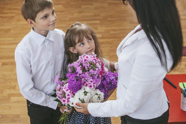 Zgodnie z niepisaną zasadą koniec roku szkolnego to czas obdarowywania nauczycieli kwiatami, a wychowawców upominkami.