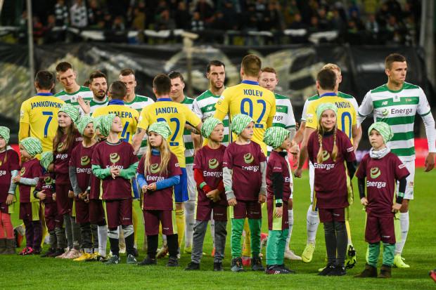 Lechia Gdańsk jest wyżej od Arki Gdynia w raporcie przychodów za 2018 rok. Wydaje jednak więcej na pensje piłkarzy dużo powyżej optymalnego wskaźnika wynagrodzeń. Żółto-niebiescy nie mają z tym problemu.