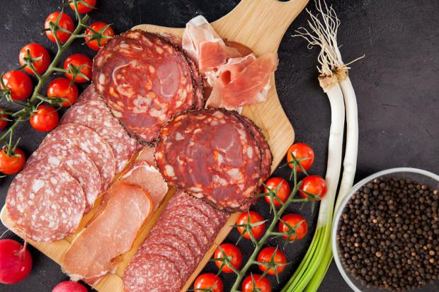 Według wytycznych WHO nie powinniśmy przekraczać ilości 30 kilogramów rocznie, co stanowi równowartość mniej więcej 0,5 kilograma mięsa i jego przetworów w ciągu tygodnia.