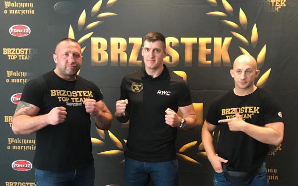 Damian Kostrzewa (w środku) z trenerami Maciejem Brzostkiem (z lewej) i Marcinem Pionke (z prawej),