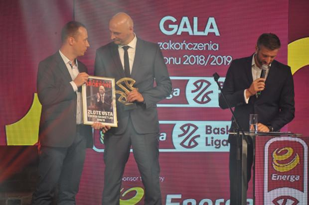 """Przemysław Frasunkiewicz (w środku) odebrał nagrodę """"Złote usta"""", czyli za najbardziej barwne wypowiedzi w trakcie sezonu."""
