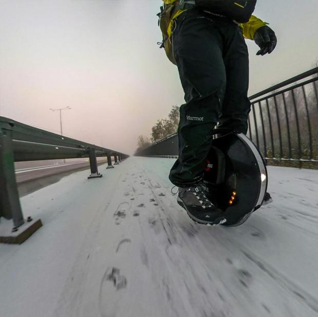 Sebastian Łaskowski udowadnia, że dobrym elektrycznym monocyklem można jeździć cały rok.