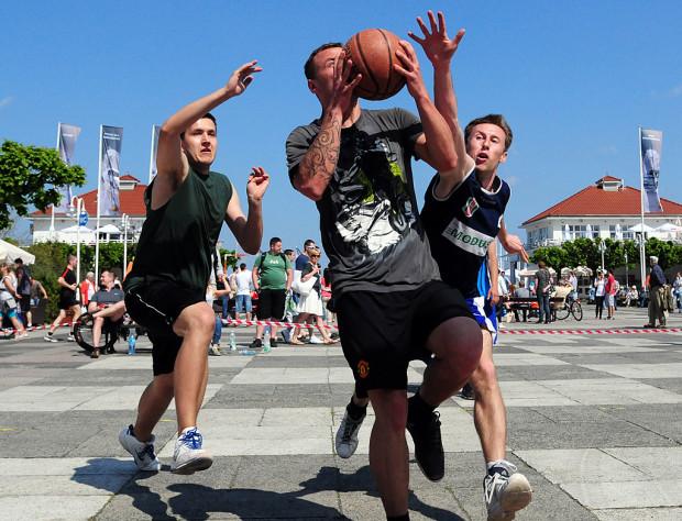 Świeże powietrze, liczna publika i efektowna gra trzech na trzech są charakterystyczne dla turnieju Streetball Challange w Sopocie.