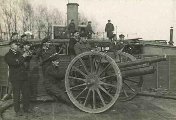 Lądowe działo na pokładzie jednostki wchodzącej w skład Flotylli Pińskiej.