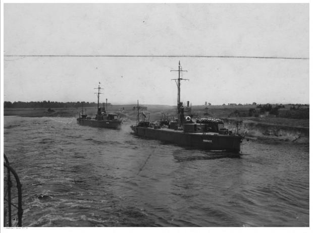 """Monitory rzeczne ORP """"Horodyszcze"""" i ORP """"Warszawa"""" na rzece Prypeci. Zdjęcie wykonane w latach 1922 - 1931, a więc w okresie, gdy Flotylla Pińska dysponowała znacznie większymi jednostkami, niż podczas wojny polsko-bolszewickiej."""