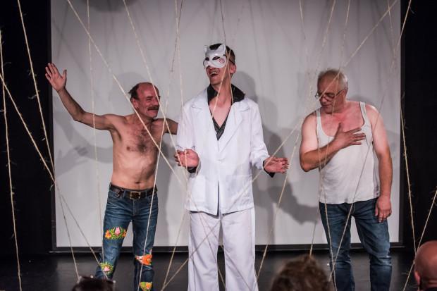 Chociaż w procesie przygotowywania scenariusza wzięła udział większa liczba osób, ostatecznie w spektaklu wystąpiła trójka: Przemysław Sędłak (po lewej), Michał Stankowski (w środku) oraz Zygmunt Żołądź.