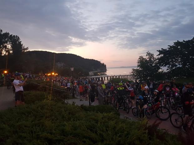 Przerwa na zgrupowanie rowerzystów przy molo w Orłowie.