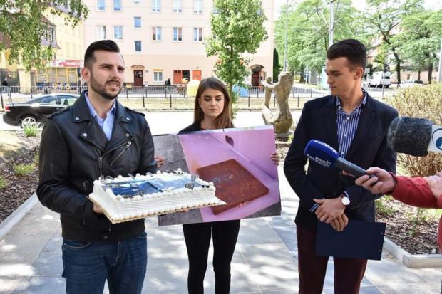 Młodzi Demokraci z tortem pod siedzibą PiS w Szczecinie.
