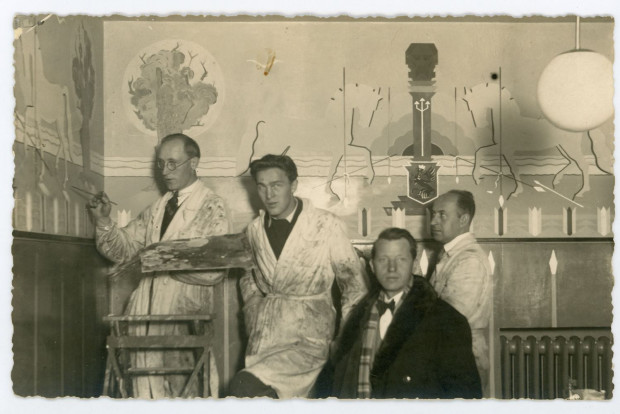Wacław Szczeblewski ze swoimi uczniami w czasie odnawiania restauracji Dwór Kaszubski w Gdyni, fot. nieznany, 1934 r. (ze zbiorów Muzeum Miasta Gdyni)