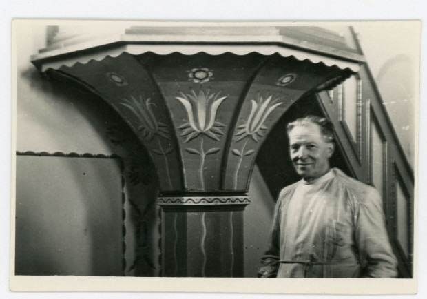 Wacław Szczeblewski w czasie pracy nad polichromią kościoła w Chmielnie; 1957 r. (ze zbiorów Muzeum miasta Gdyni)