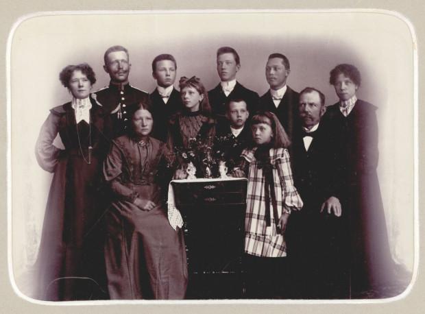 Fotografia rodziny Szczeblewskich z Pelplina. Przyszły artysta Wacław Szczeblewski ( stoi z tyłu, czwarty z lewej), fot. nieznany,  ok. 1905  r. (ze zbiorów Muzeum Miasta Gdyni)