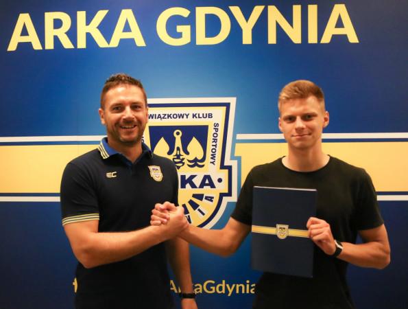 Jakub Wilczyński (z prawej) z Wojciechem Pertkiewiczem (z lewej) po podpisaniu kontraktu.