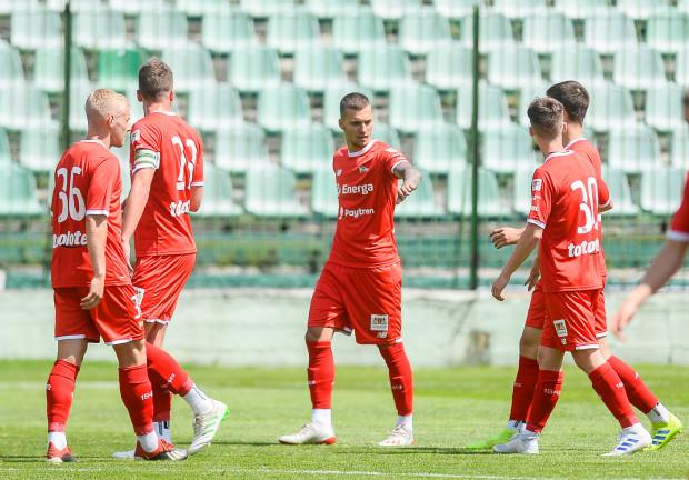 Lukas Haraslin (w środku) przyjmuje gratulacje po golu strzelonym w sparingu z Chojniczanką. Mogło to być jedno z ostatnich trafień Słowaka dla Lechii Gdańsk, gdyż ma zgodę na odejście, jeśli pojawi się satysfakcjonująca oferta.