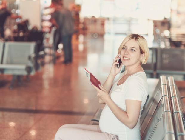 Podróże lotnicze nie są wskazane w zaawansowanej ciąży. Niektóre linie lotnicze wymagają zaświadczenia lekarskiego, a nawet odmawiają przyjmowania ciężarnej na pokład.