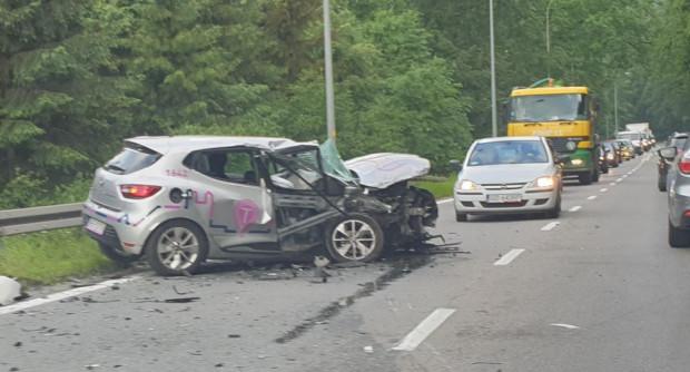 """Mający ponad promil alkoholu kierowca """"auta na minuty"""" czołowo zderzył się na ul. Spacerowej z autem dostawczym"""