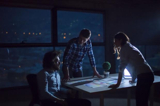 Praca w porze nocnej została sprecyzowana przez Kodeks pracy jako praca pomiędzy godziną 21 a 7 rano następnego dnia.