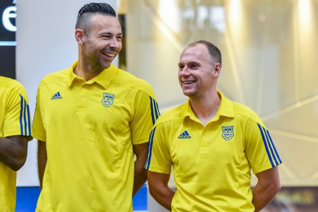 Paweł Abbott (z lewej) docenia zaangażowanie Rafała Siemaszki (z prawej) i Macieja Jankowskiego. Jego zdaniem klub powinien jednak pozyskać jeszcze 2-3 piłkarzy, jeśli chce mierzyć w górną ósemkę ekstraklasy.