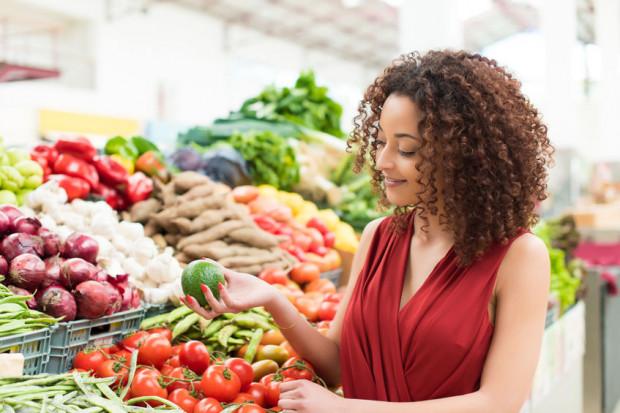 Kupując około 5 kgwarzyw i owoców w każdym tygodniu będziemy pokrywać założenie WHO o jedzeniu tych produktów minimum 600 g dziennie.