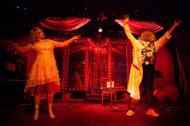 """Spektakl """"Siła przyzwyczajenia"""" będzie tegoroczną premierą dramatyczną Teatru Atelier. Spektakl grany będzie dla publiczności od 10 do 14 lipca."""