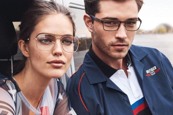 Aktualne trendy dotyczące okularów korekcyjnych są bardzo urozmaicone: zaczynając od minimalistycznych oprawek, a kończąc na dużych kolorowych modelach.