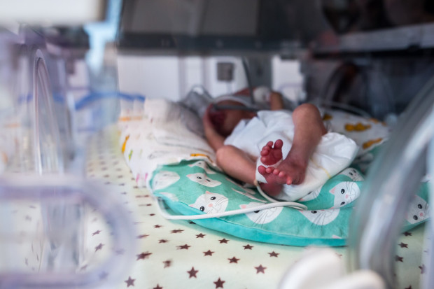 Pracownicy Kliniki Położnictwa GUMed/UCK skarżą się, że w związku z brakami kadrowymi są zmuszeni pracować ponad miarę. Szpital uspokaja jednak, że problemów z obsadzeniem etatów nie ma.