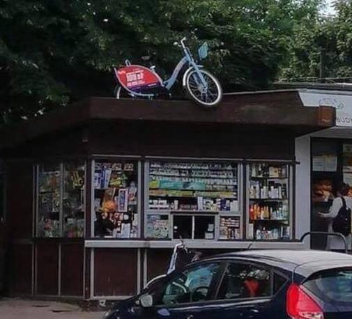 W środę w internecie pojawiło się też zdjęcie roweru MEVO zaparkowanego na dachu... kiosku.