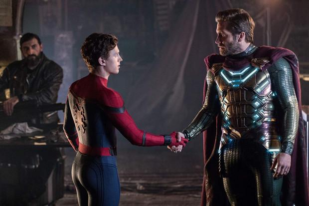 """""""Daleko od domu"""" potwierdza tylko, że rola Spider-Mana została wręcz stworzona dla Toma Hollanda. Młodemu aktorowi kroku dotrzymuje debiutujący u Marvela Jake Gyllenhaal. Tym razem jednak nawet drugoplanowi aktorzy mają całkiem sporo ekranowego czasu, który potrafią efektywnie i efektownie wykorzystać."""