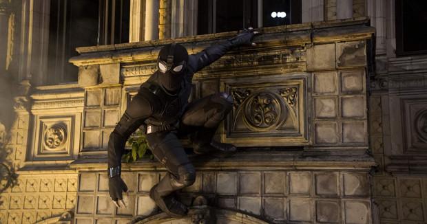 """Spider-Man w nowym kostiumie i na nowym dla siebie terenie (przeniesienie akcji z nowojorskiego Queens do Europy strzałem w dziesiątkę) znów musi ratować świat, choć tym razem pragnie przede wszystkim zadbać o własne szczęście. Musi też na nowo nauczyć się odpowiedzialności i pogodzić się z wydarzeniami przedstawionymi w """"Końcu gry""""."""