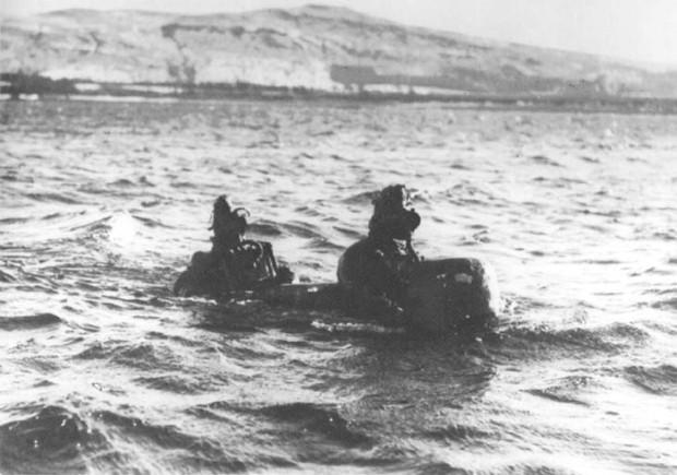 """Brytyjski """"chariot"""", wzorowany na włoskich rozwiązaniach tego typu, podczas testów podczas II wojny światowej."""