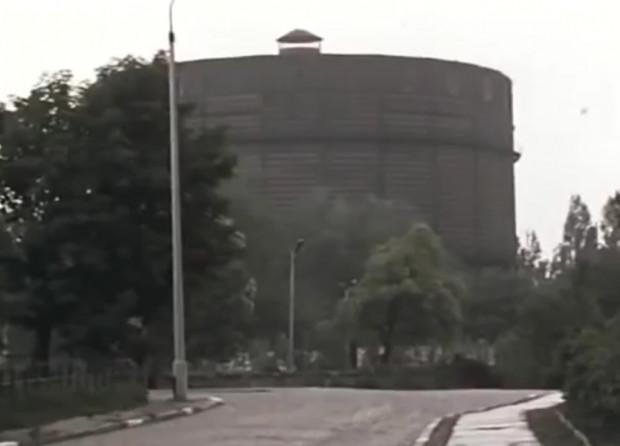 """W serialu """"S.O.S"""" można zauważyć wiele charakterystycznych miejsc w Trójmieście, pojawiają się też obiekty, których na żywo już zobaczyć nie mamy okazji, np. stara gazownia przy ul. Wałowej w Gdańsku."""