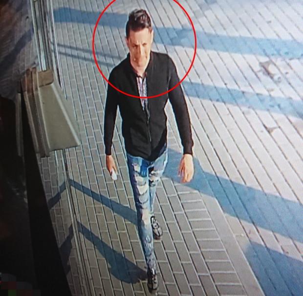 Ten mężczyzna jest podejrzewany o zabranie telefonu, który znalazł w sklepie spożywczym w Gdyni.