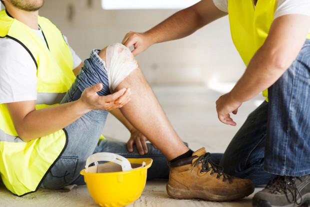 W sytuacji, gdy uchybienia w zakresie BHP są większej wagi, zagrażają bezpieczeństwu, a nawet życiu pracownika, wówczas może on rozwiązać umowę o pracę bez wypowiedzenia.